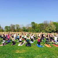 Outdoor Power Yoga im Park