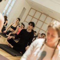 Da Internacional del Yoga. 108 Saludos al Sol
