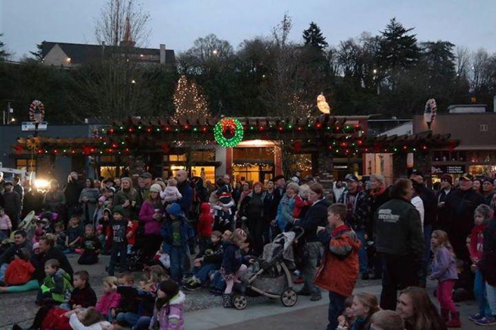 Oregon city tree lighting at downtown oregon city oregon city for Holiday craft fairs portland oregon