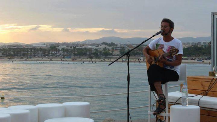 Noche de msica en vivo con el cantautor brasileo VICENTE FREIRE