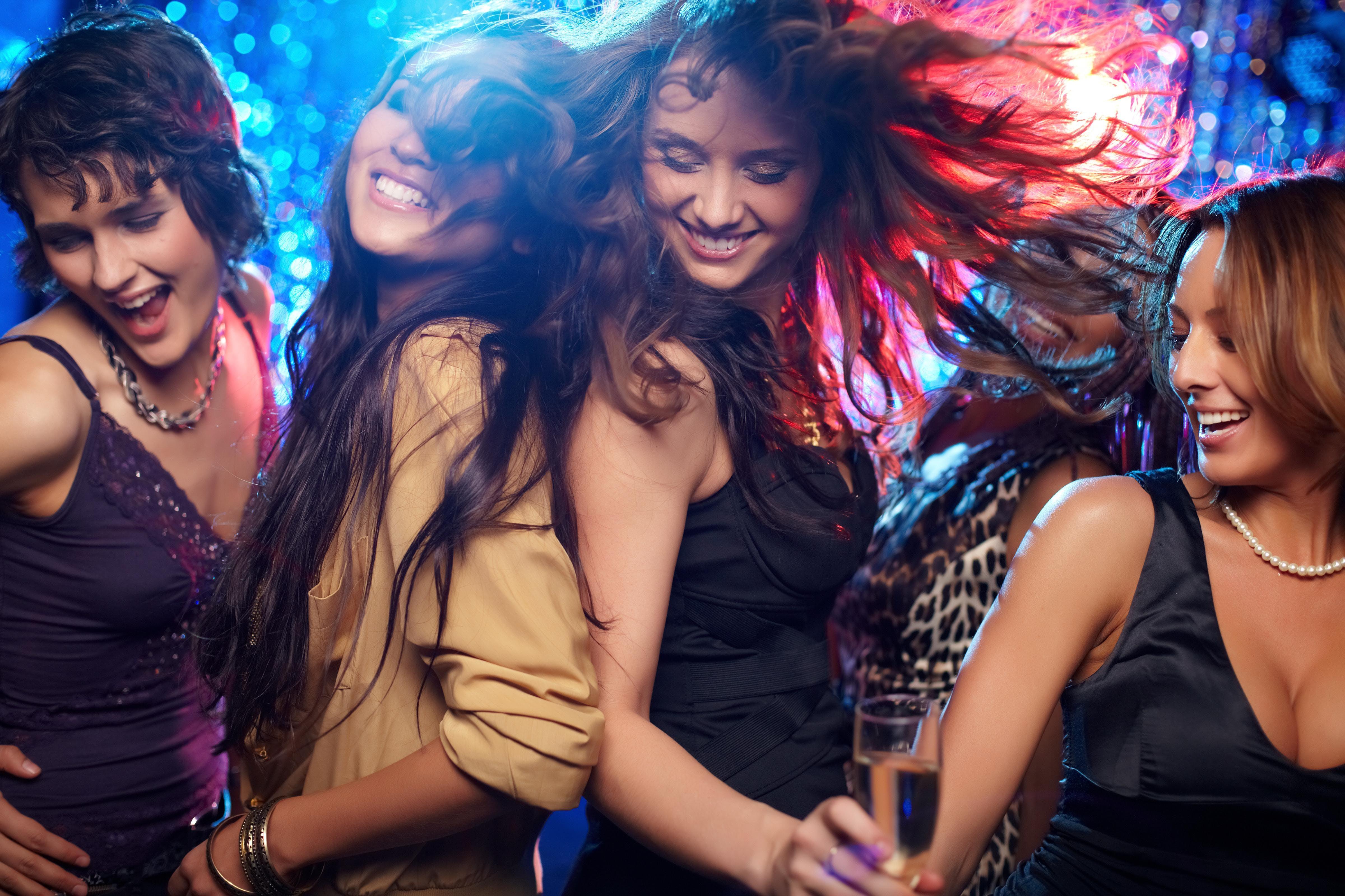 смотреть студенты отрываются в ночном клубе должна очень