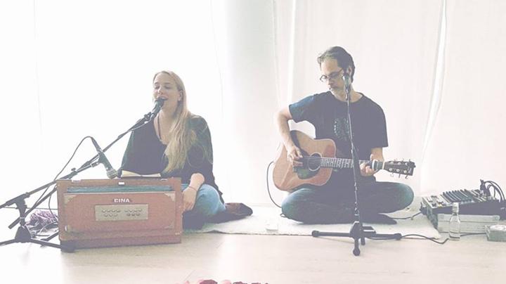 Yoga til live musikk med Jonathan Gunn og Radical Devotion