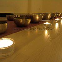 Massatge de s amb bols tibetans i gong.