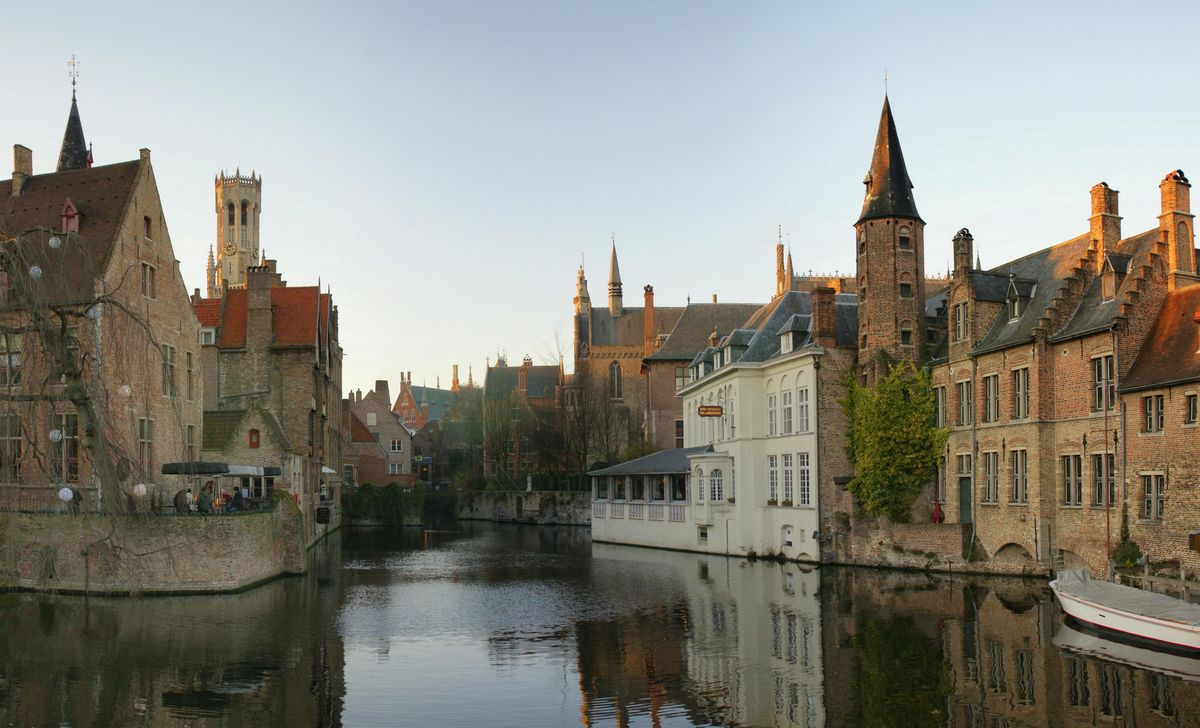A guided tour through beautiful Bruges and a hike to a cute village after (around 22km)
