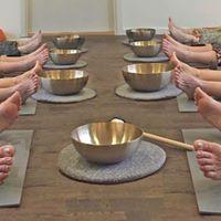 Yoga med klangsklar FULLT