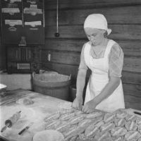 Karjalanpiirakkatypaja  Bakverkstad  Baking of Karelian pies
