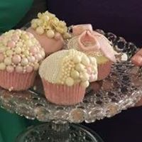 Cupcake Decorating with a vintage twist