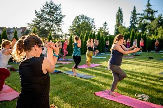 Wakacyjna joga na trawie obok BWA  2020
