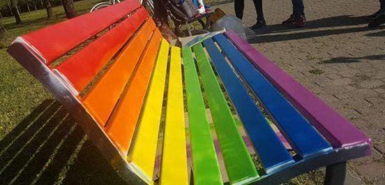 Anche a Prato una panchina rainbow dellorgoglio lgbti
