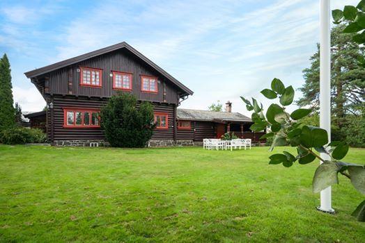 Uteyoga i hagen til Villa Lysaker - dropin