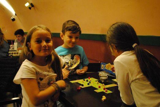 Copiii joaca Board Games