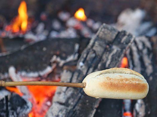 Kampvuur met broodbakken - Lagerfeuer mit Brotbacken
