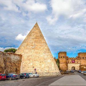 Allinterno della piramide cestia
