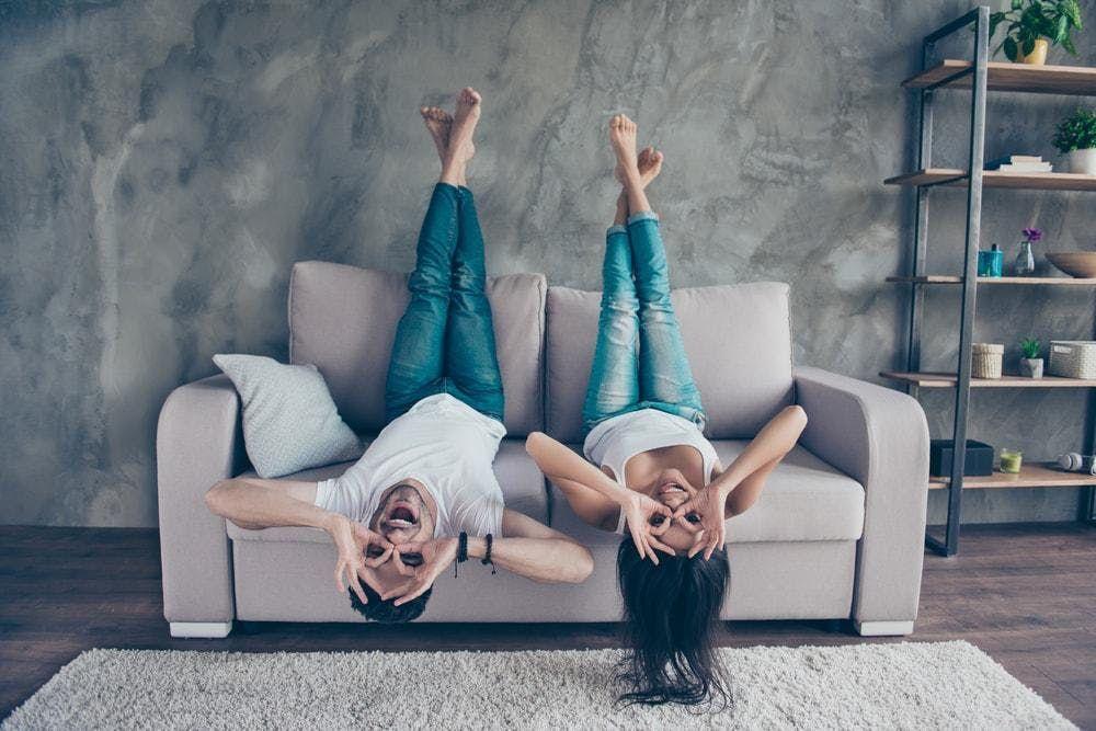 spotyka się z siostrą bliźniaczką